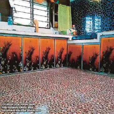 Pelbagai Corak Mampu Dipilih Bagi Menghiasi Kabinet Dapur Bertemakan Kain Batik Gentian Kaca