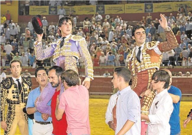 Perera y Roca Rey a hombros en Huelva bilaketarekin bat datozen irudiak